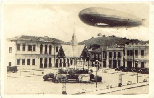 A emblemática foto do Zeppelin, sobrevoando a Praça Guido Marliére em 15-06-1930 (por Celidonio Mazzei)