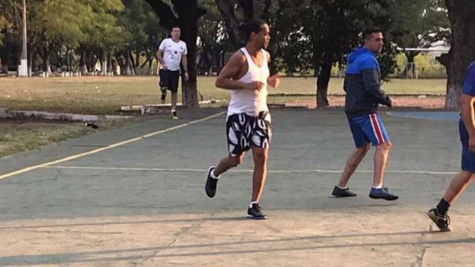 Ronaldinho joga bola na prisão e é marcado por ex-deputado