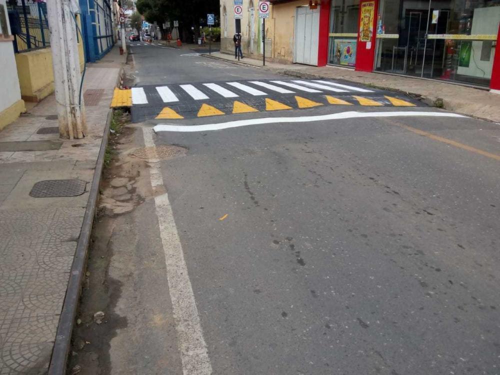 Ruas José Campomizi e Padre Gailhac e entorno da Praça São Januário passaram por renovação da pintura asfáltica nesta terça